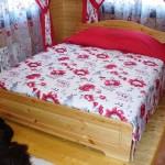 Текстильный дизайн спальни в красных тонах