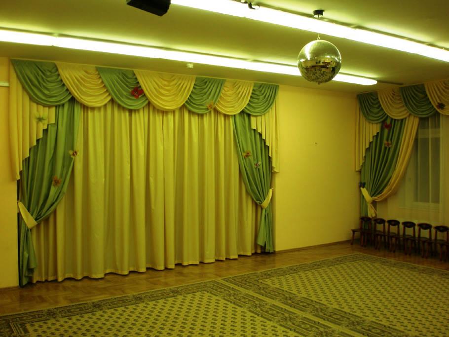 Картинка актового зала с зеленым занавесом