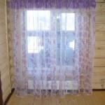Фиолетовые шторы для спальни в коттедже