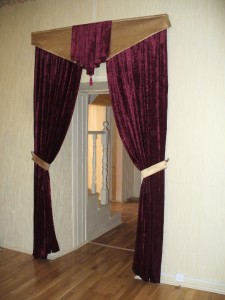 межкомнатные шторы из красного бархата