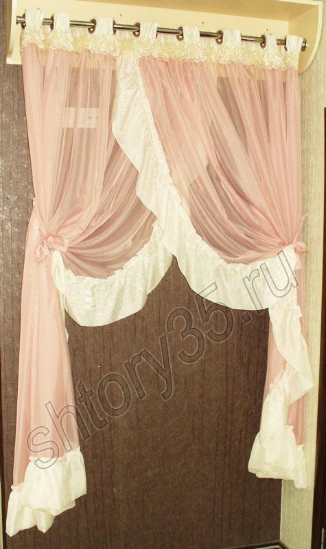 Готовая розовая штора с белыми рюшами.