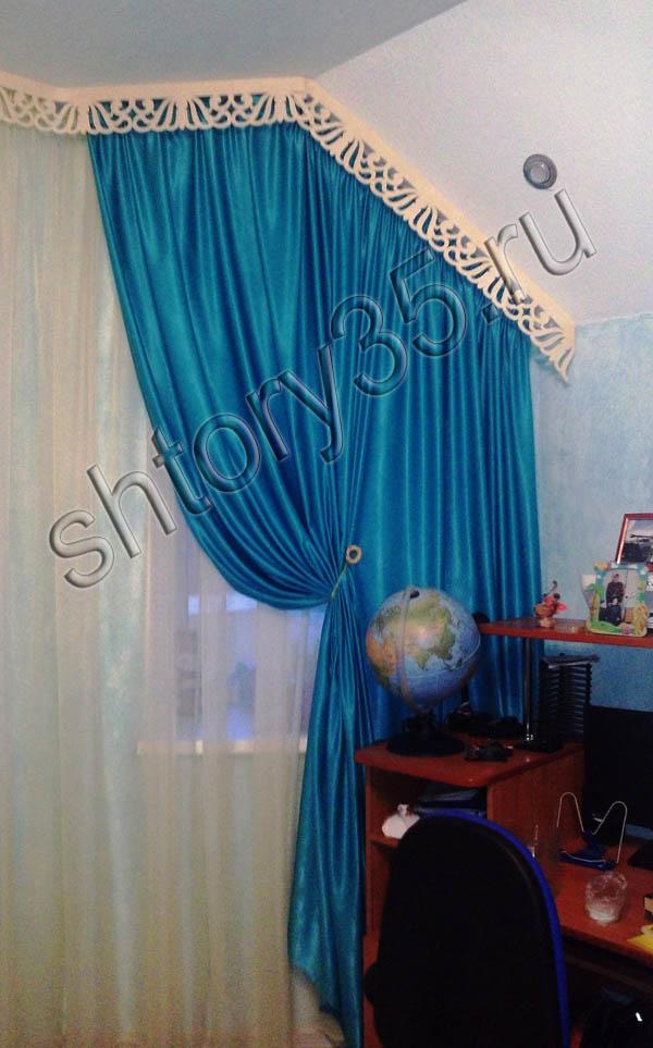 штора для нестандартных мансардных окон с ажурным ламбрекеном