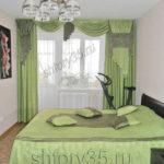 зеленые шторы и покрывало для спальни